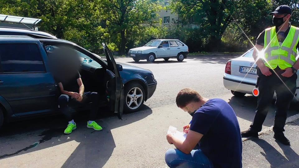 Водій з підробленими документами пропонував поліціянтам 1000 гривень хабаря (ФОТО)