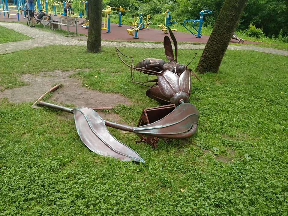 У сквері на Пасічній вандали пошкодили ковану бджолу (ФОТО)