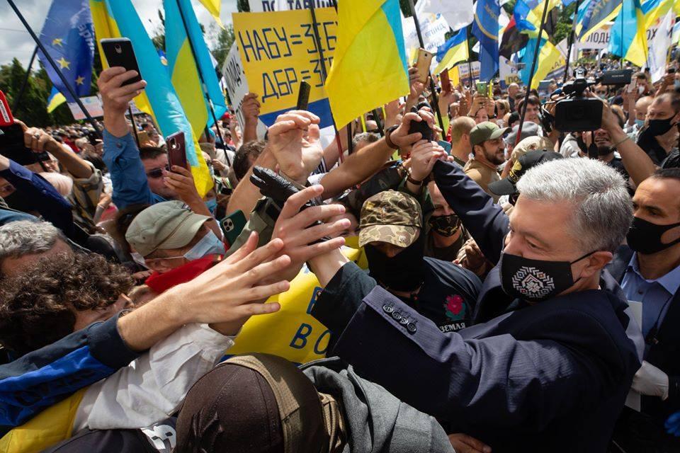 «Брехня не може панувати довго», – «Європейська Солідарність» Франківщини про перемоги Порошенка і Гладковського в судах