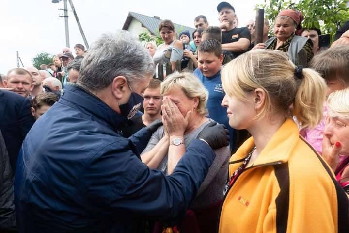 Родина Шовгенюків з Чорного Потоку відновить зруйнований повінню будинок  – будматеріали придбав Фонд Порошенка
