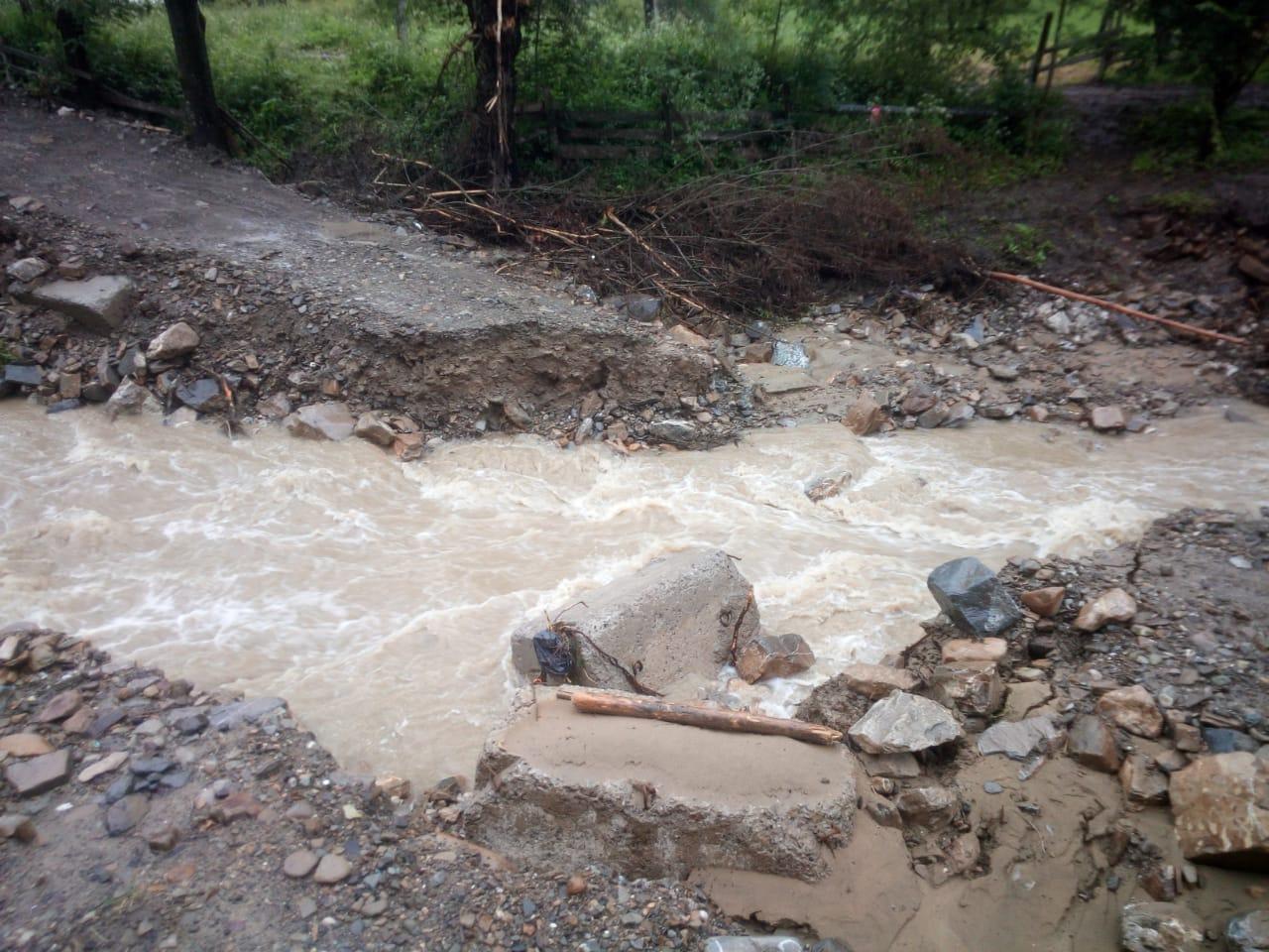 Дощі розмили дороги до ще трьох сіл на Прикарпатті (ФОТО)