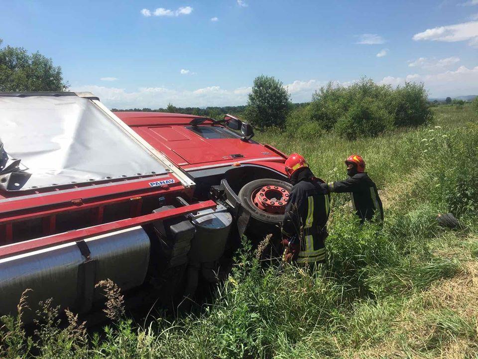 ДТП у Коломиї: вантажівка з'їхала в кювет і перекинулася (ФОТО)
