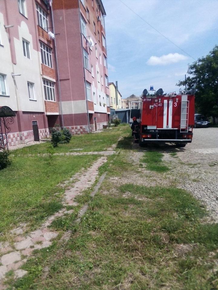 У Бурштині рятувальники провели спецоперацію, аби визволити з квартирного полону дворічну дитину (ФОТОФАКТ)