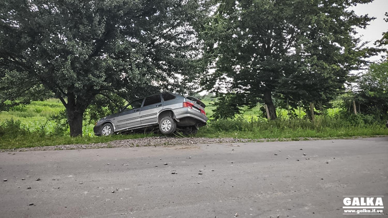 """На Калущині водійка """"Шкоди"""" не пропустила """"ВАЗ"""" – останній опинився у кюветі (ФОТО)"""