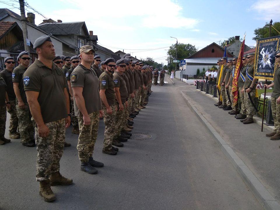 """Бійці прикарпатської """"десятки"""" повернулися додому з Донбасу й відкрили пам'ятник в Коломиї (ФОТО, ВІДЕО)"""