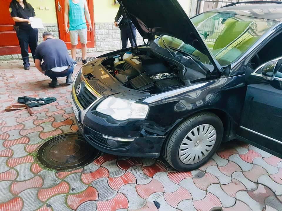 У Франківську безхатько ледь не підпалив автомобіль (ФОТО)