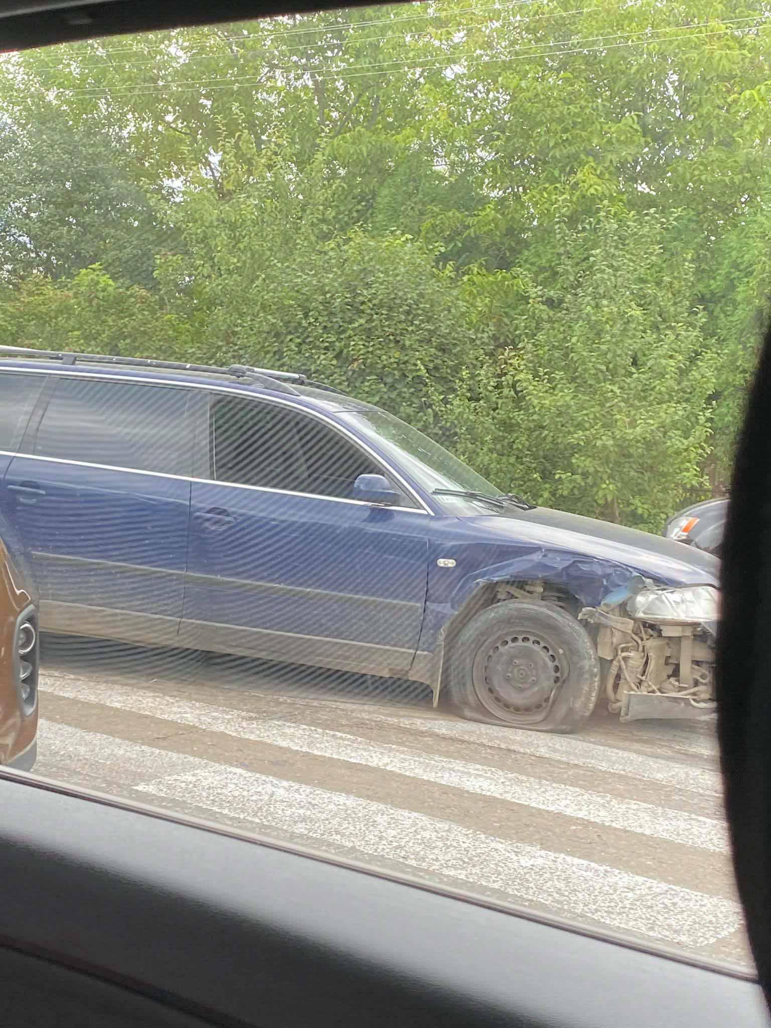 Поблизу Франківська на пішохідному переході зіткнулися дві автівки (ФОТО)