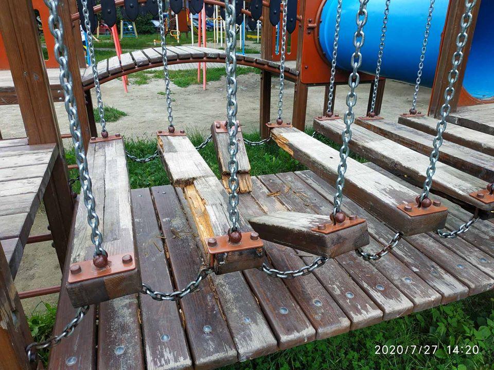 Комунальники пожалілися на якість нових дитячих майданчиків (ФОТО)