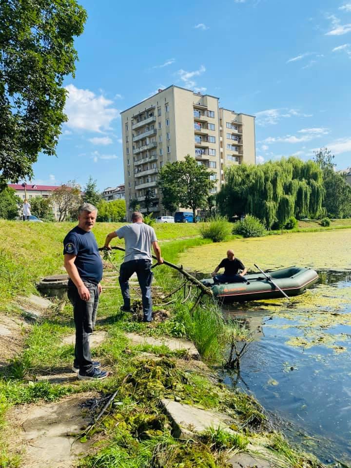 Озеро на БАМі чистять від водоростей, а у парку – взяли проби води (ФОТО, ВІДЕО)