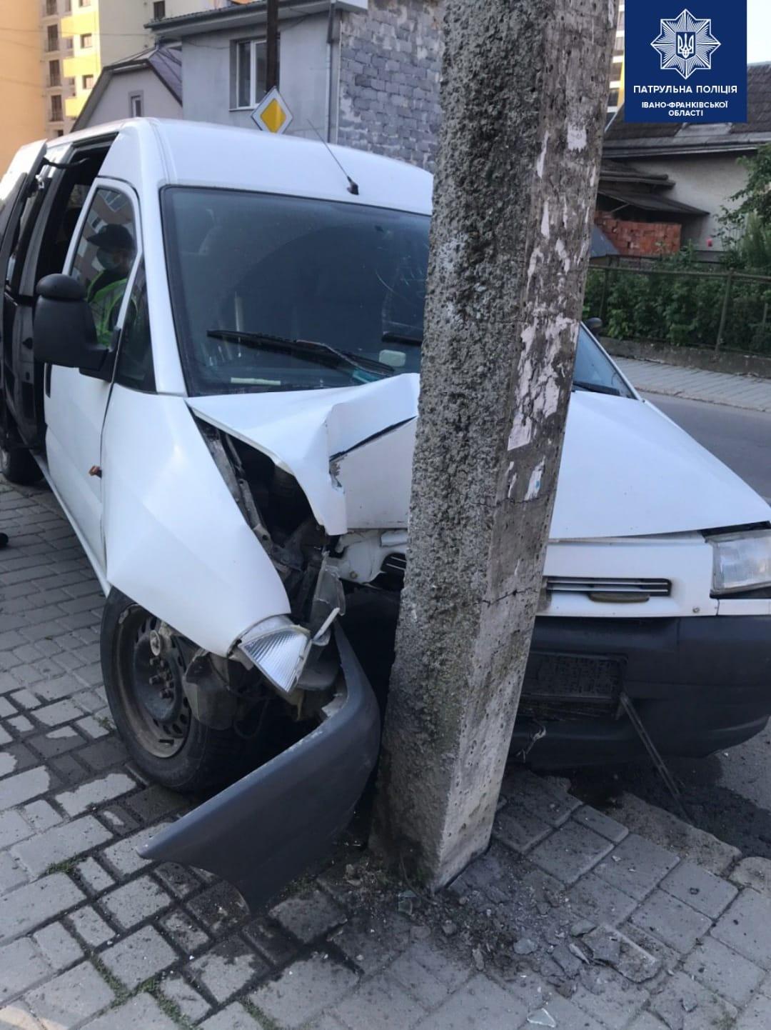 На Кисілевської п'яного водія зупинила електроопора (ФОТОФАКТ)