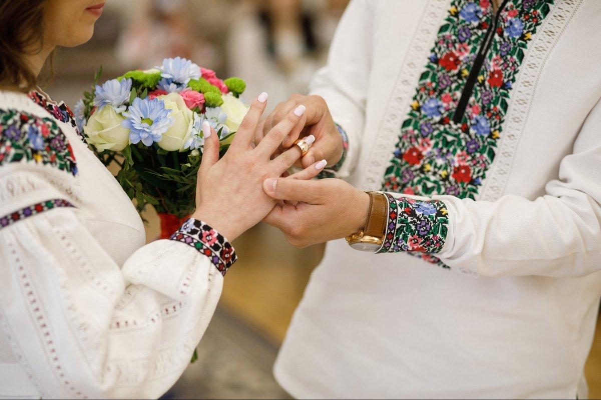 На Прикарпатті знову заборонили проводити масові весілля та поминки