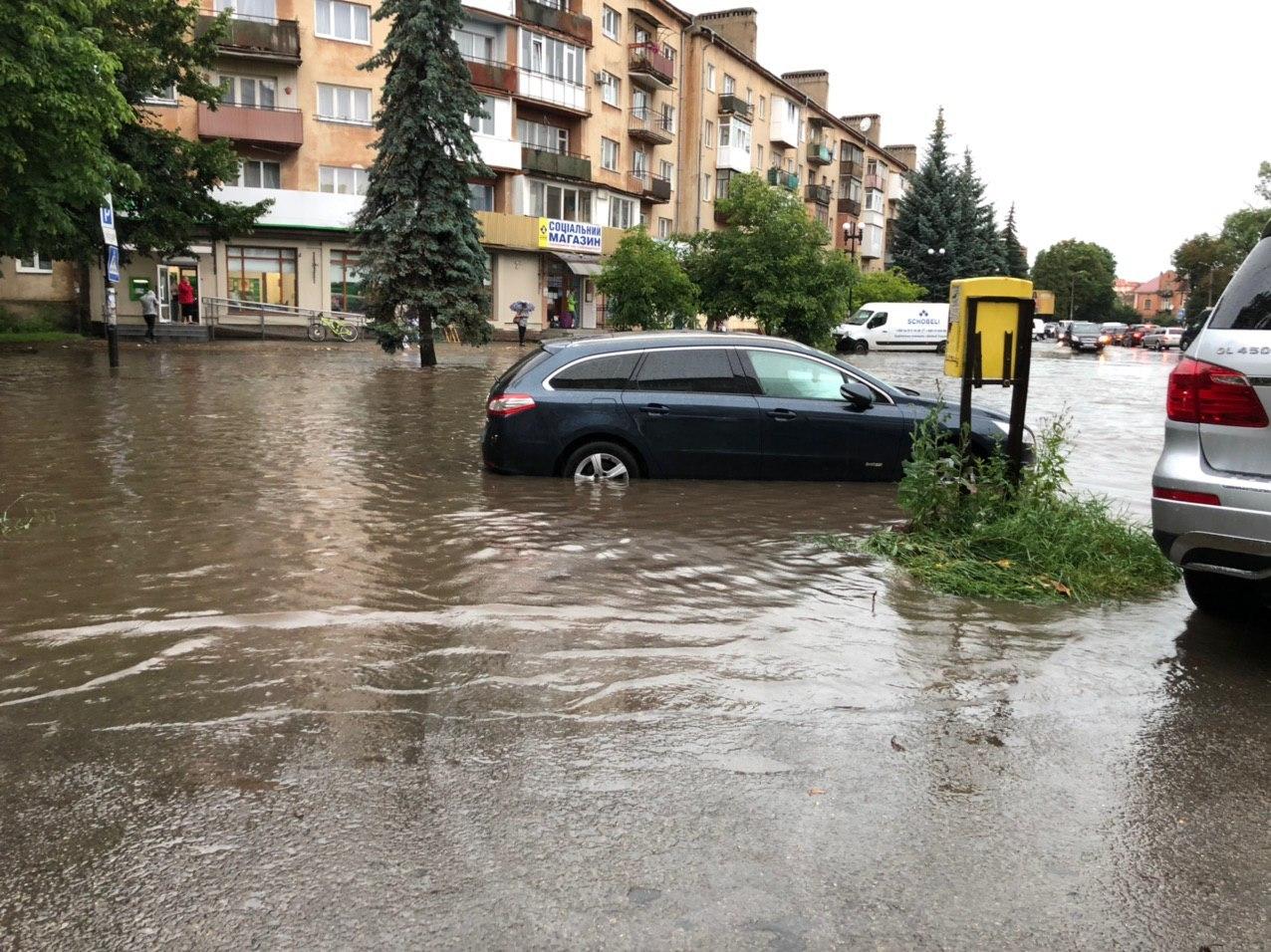 Рясний дощ підтопив будівлі в місті і традиційно заблокував проїзд під мостом на Пасічну (ФОТО)