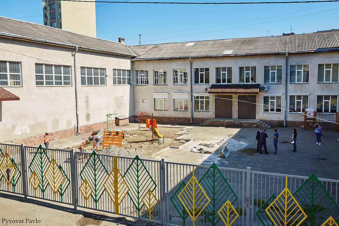 Біля франківського ліцею №1 облаштовують дитячий майданчик та велопарковку (ФОТО)