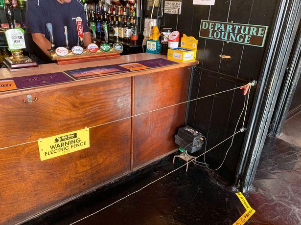 Зберігайте дистанцію: британський паб поставив огорожу під напругою біля барної стійки
