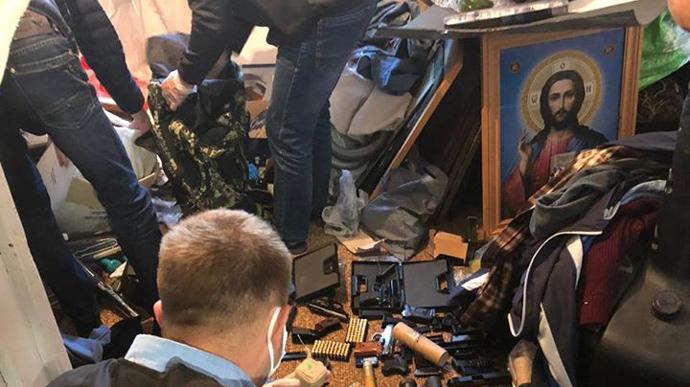 На Львівщині затримали священника, який торгував зброєю (ФОТО)