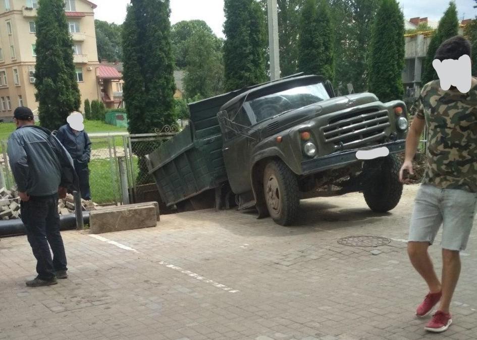 У Франківську вантажівка невдало з'їхала з парковки. Знадобилася допомога крану (ВІДЕО)