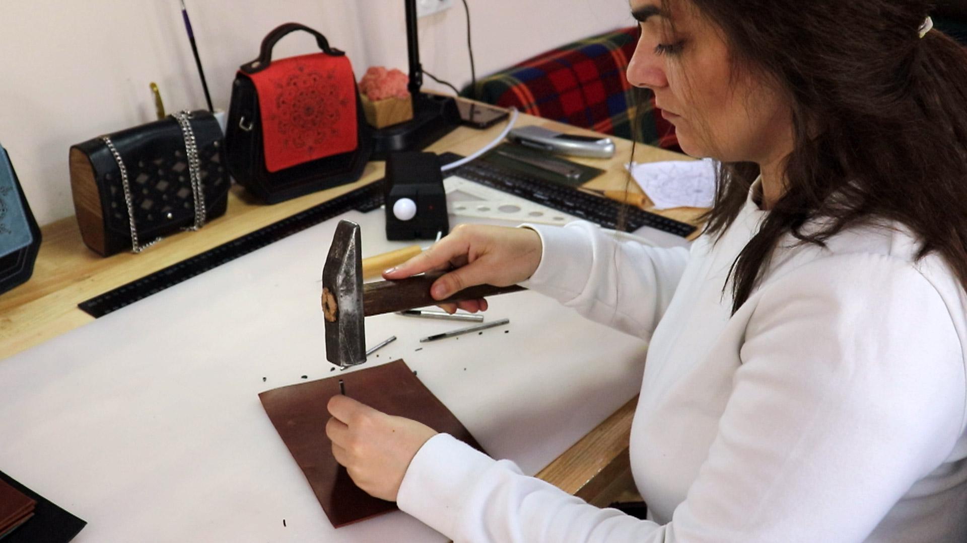 Дизайнерка з Косова представила колекцію шкіряного одягу з гуцульськими мотивами (ВІДЕО)