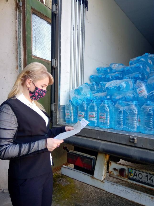 Вода та продукти: Прикарпаття отримало 56 тонн допомоги від Закарпаття (ФОТО)