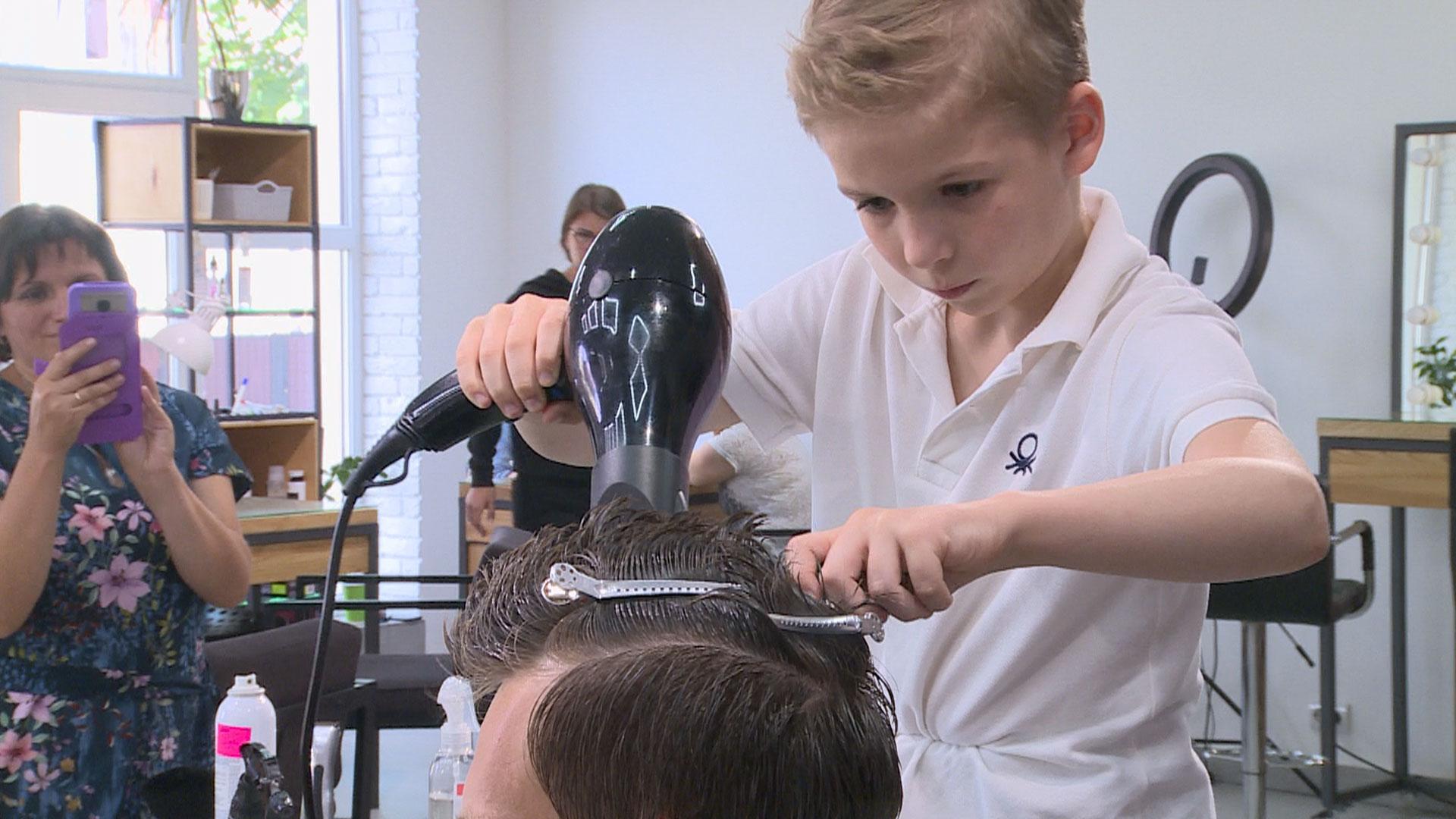 Як і чому дев'ятирічний прикарпатець з вадами слуху стриже справжніх клієнтів (ВІДЕО)