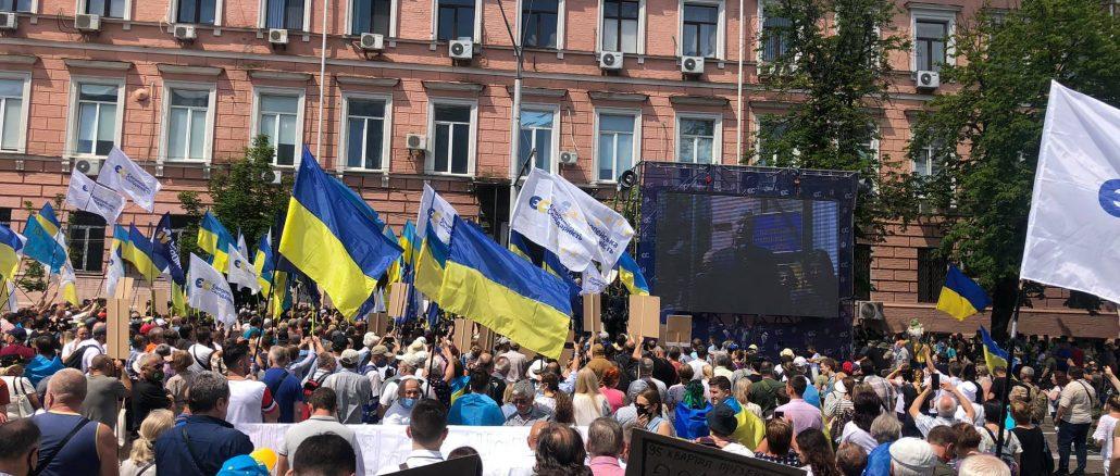 10 тисяч людей вийшли під Печерський суд підтримати Порошенка (ФОТО)