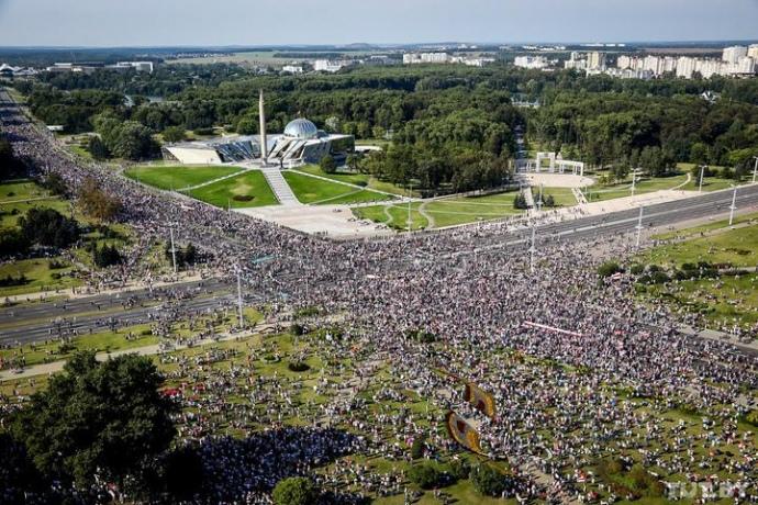 """С Днищем!: понад 200 тисяч людей у Мінську вийшли """"привітати"""" Лукашенка з Днем народження (ФОТО, ВІДЕО)"""