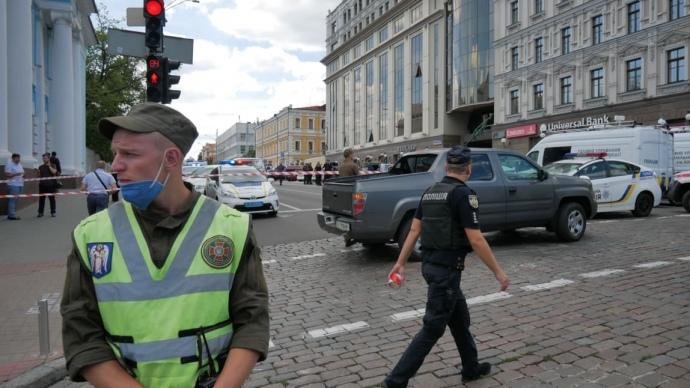 Чоловік захопив приміщення банку в центрі Києва і погрожує підірвати бізнес-центр (ОНОВЛЮЄТЬСЯ)