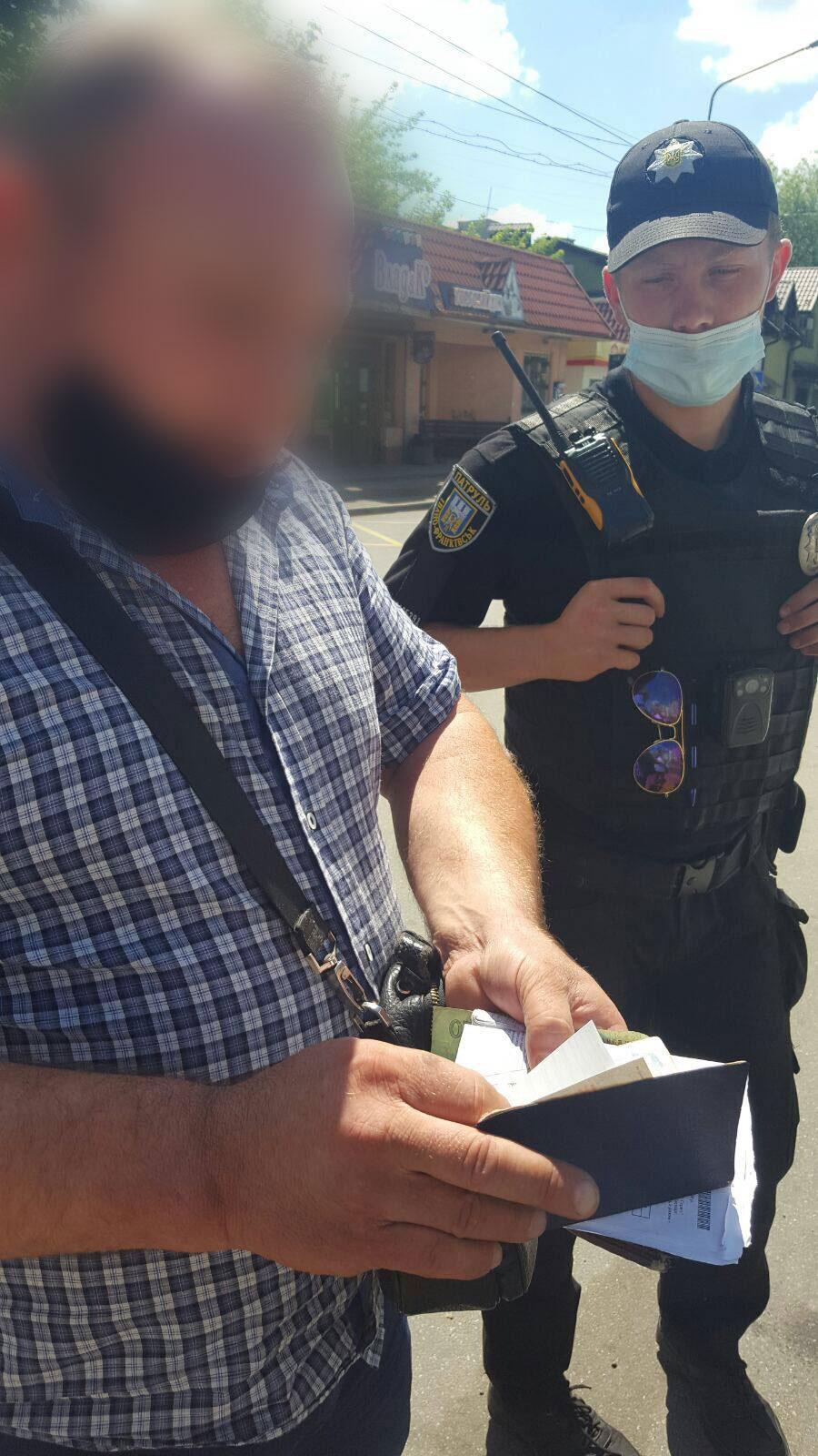 Скандал у франківській маршрутці: водій викинув посвідчення через двері (ФОТО)