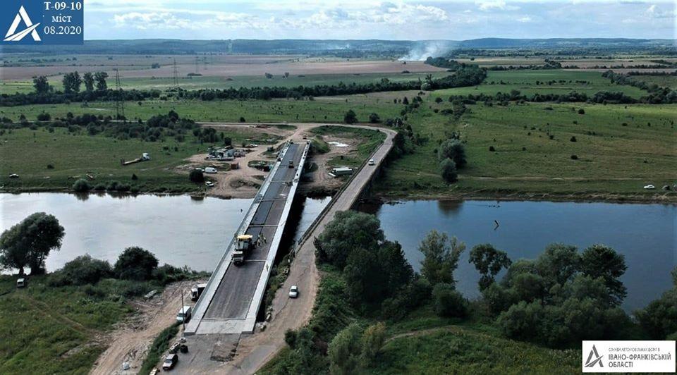 На мості поблизу Сівки Войнилівської дорожники постелили асфальт (ФОТО)
