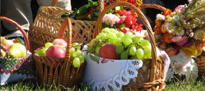Священники освятять фрукти в магазинах: прикарпатцям нагадують, як святкувати Спас у час карантину