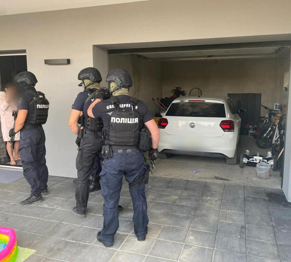 На Прикарпатті поліцейські  розшукали зловмисників, які викрали з легковика понад 200 тисяч гривень