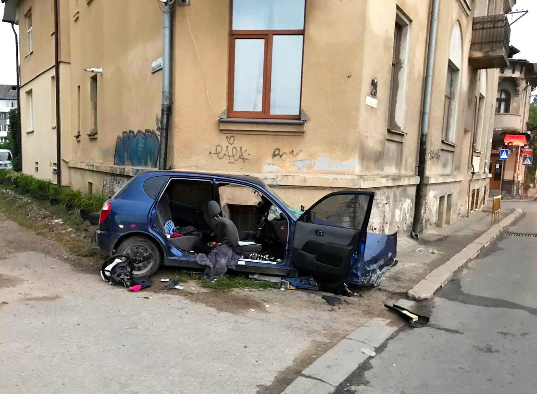Вночі поблизу вокзалу машина врізалася у будинок – загинула жінка (ФОТО, ОНОВЛЕНО)