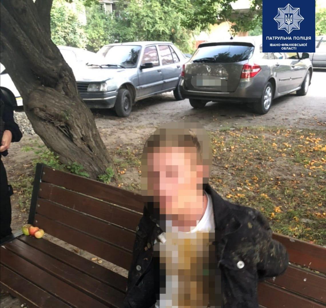 На БАМі молодик вирвав у жінки сумку: патрульні зуміли спіймати нападника (ФОТО)