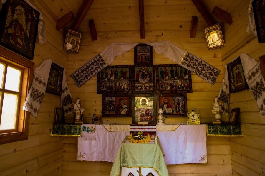Прикарпатські волонтери збудували на Луганщині ще одну капличку з гуцульськими іконами (ФОТО)