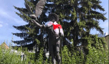 Пам'ятник пластунам у Франківську одягнули у прапор Білорусі (ФОТО)