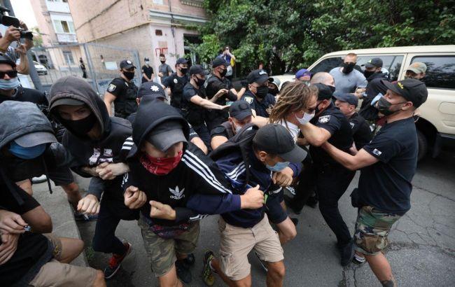Під посольством Білорусі в Києві почали палити фаєри, кількох осіб затримали (ФОТО)