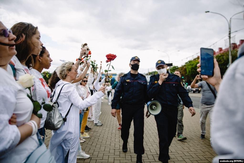 """В Білорусі протестувальники стають в """"ланцюги солідарності"""", ведучі новин звільняються, а колишні омонівці викидають форму у смітник"""