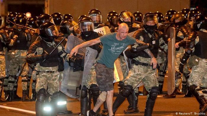 У четверту ніч протестів у Білорусі затримали 700 людей