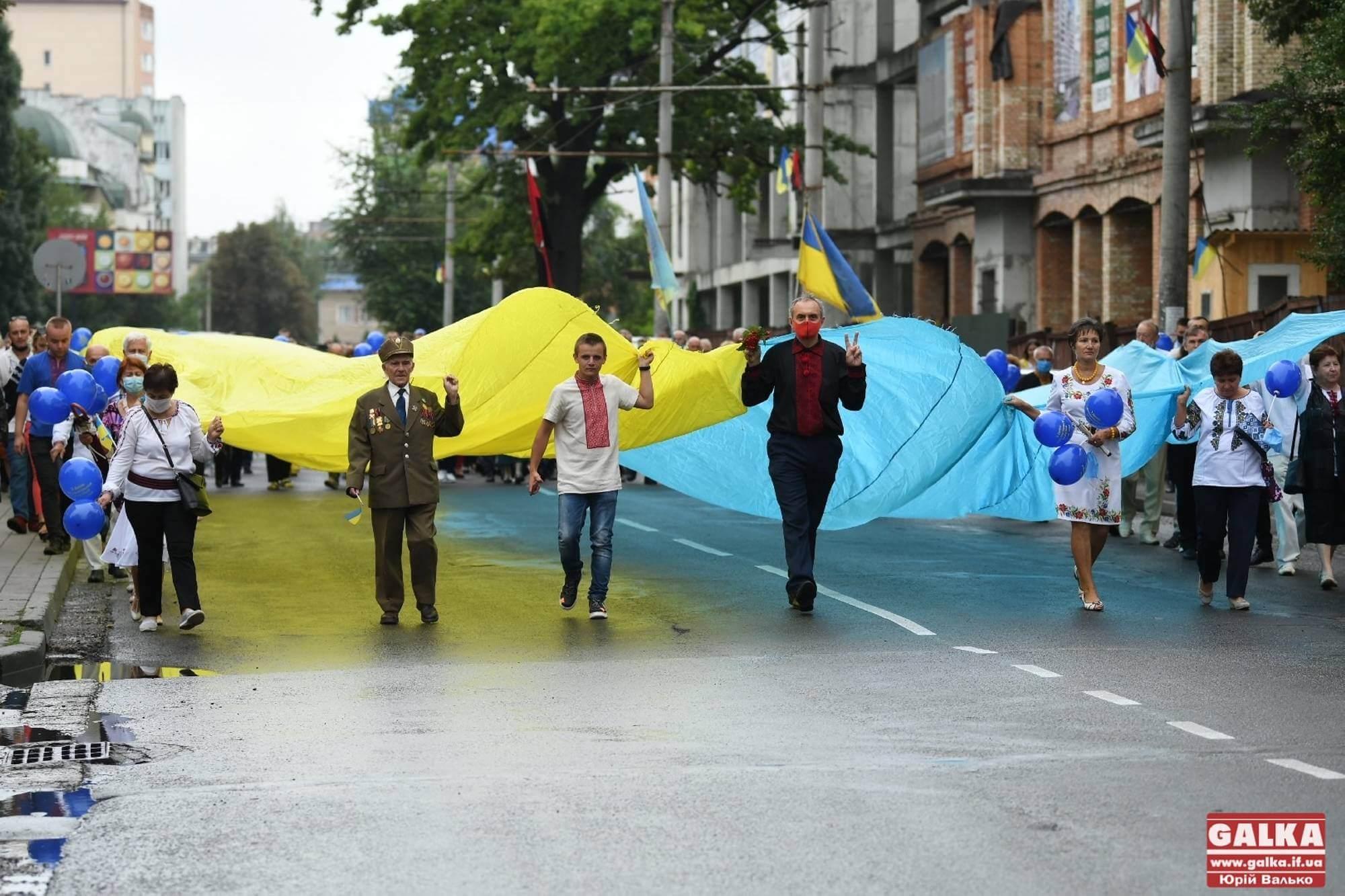 Сотні франківців у вишиванках та масках пройшлися ходою до Дня Незалежності (ФОТО)
