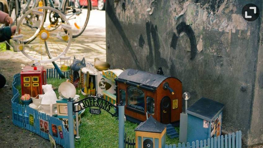 Уже понад 50 об'єктів. Група художників зі Швеції створює милі вуличні кафе, замки, заправки і магазини для мишей (ФОТО)