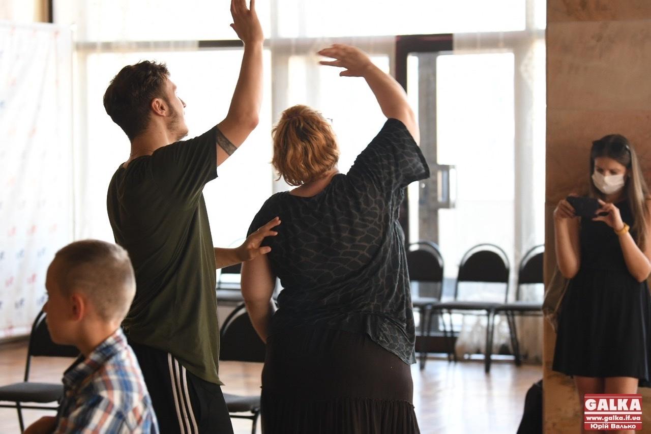 Франківський драмтеатр показав підготовку до унікальної вистави, в якій зіграють люди з інвалідністю (ФОТО)