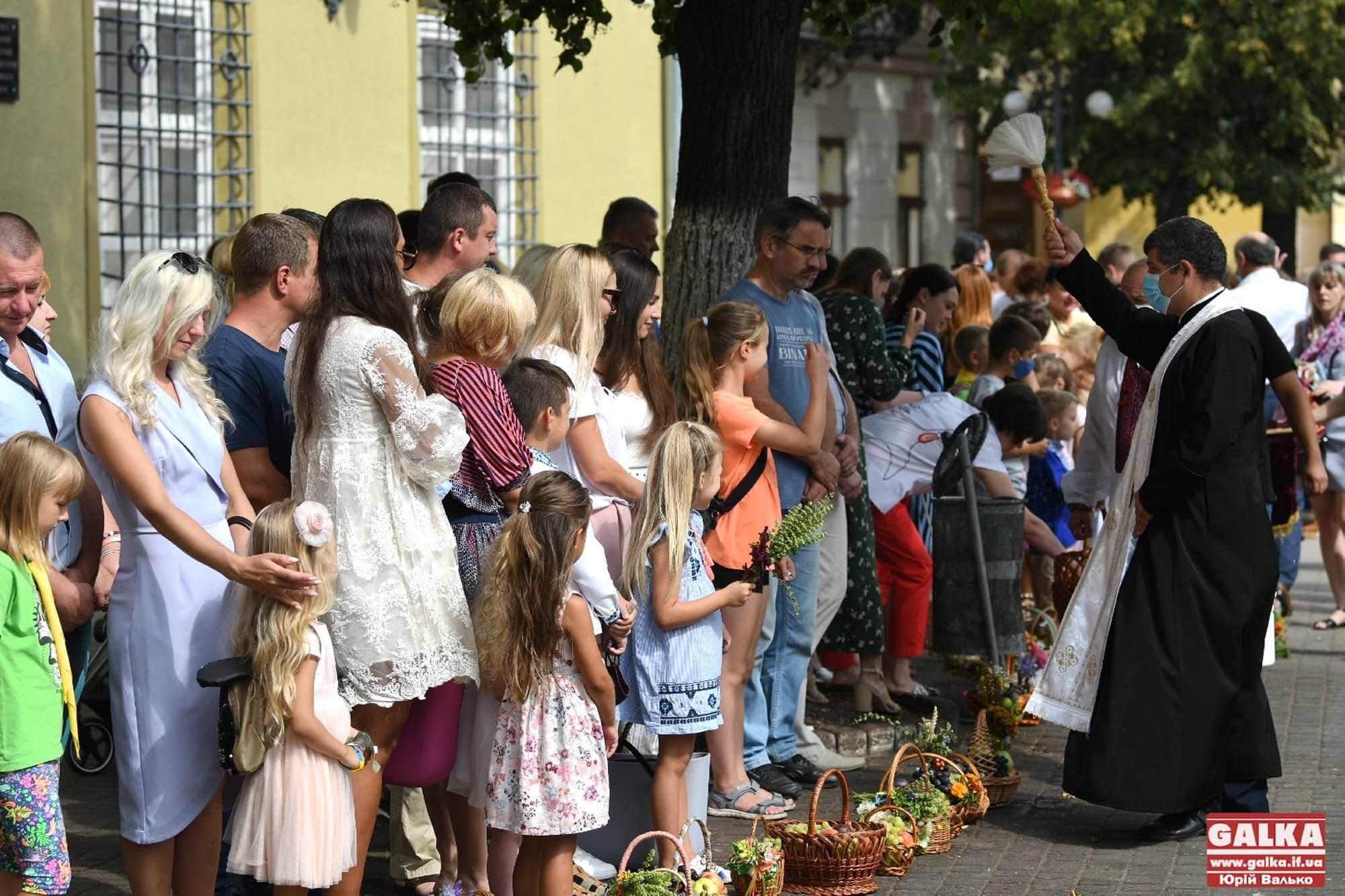 Як у Івано-Франківську святять кошики на Яблучний спас (ФОТОРЕПОРТАЖ)