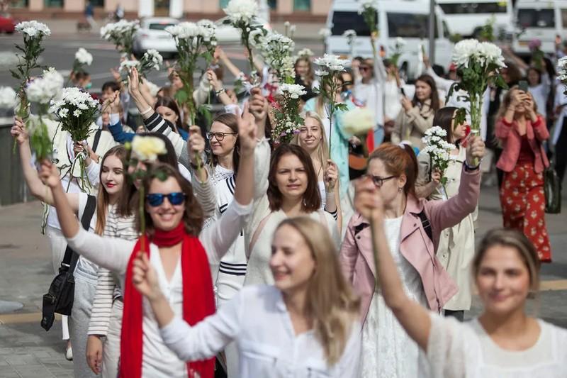 """Білоруси масово влаштовують """"ланцюги солідарності"""" (ПОЗИТИВНІ ФОТО)"""