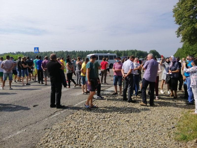 На Богородчанщині 130 людей перекрили дорогу – вимагають ремонту (ФОТО)