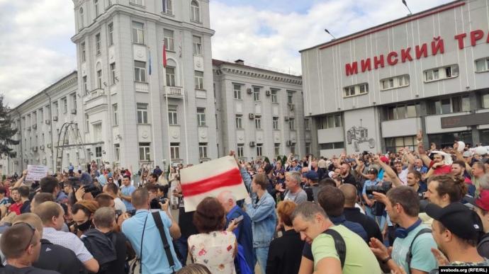 Тисячі робітників Мінського тракторного заводу пішли маршем до центру міста (ФОТО)