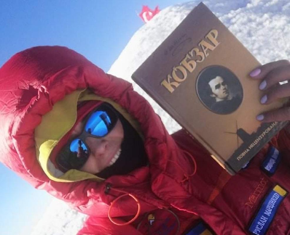 Франківка встановила рекорд України: декламувала вірші Шевченка на висоті понад 5 тисяч метрів (ФОТОФАКТ)