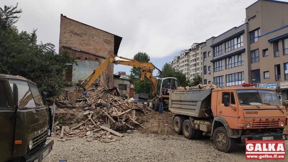 """У Франківську почали зносити будинок, який """"роз'єднував"""" бульвари (ФОТО)"""