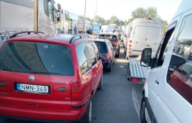12 годин на палючому сонці: сотні авто стоять у чергах на кордоні Закарпаття (ФОТО)