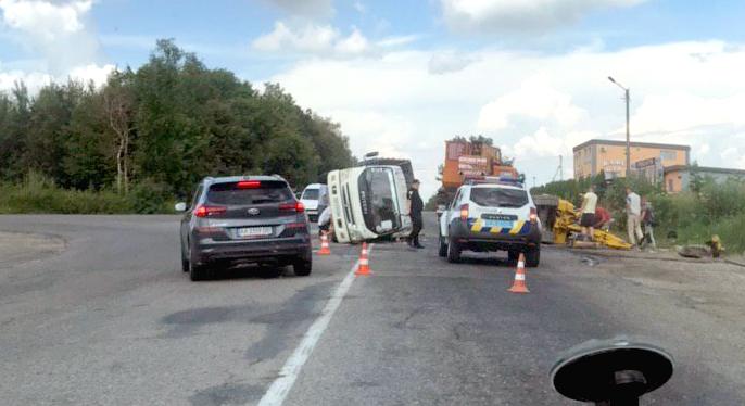 """""""Вилетіла"""" на перехрестя: з'явилося відео, як вантажівка перекинулася на Калуському шосе"""