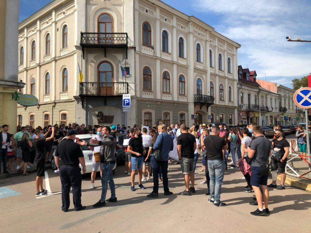 Десятки підприємців зібралися під ратушею в Коломиї – вимагають не перешкоджати роботі (ВІДЕО, ФОТО)