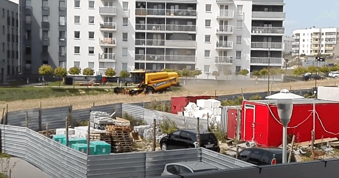 Польські фермери не продали землю і тепер жнивують серед багатоповерхівок (ВІДЕО)